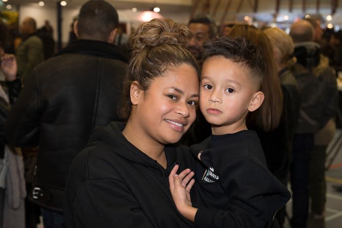 Cayetano met zijn moeder Ivana Sapury die de benefiet voor de  slachtoffers van de aardbevingen in de Molukken op poten heeft gezet.