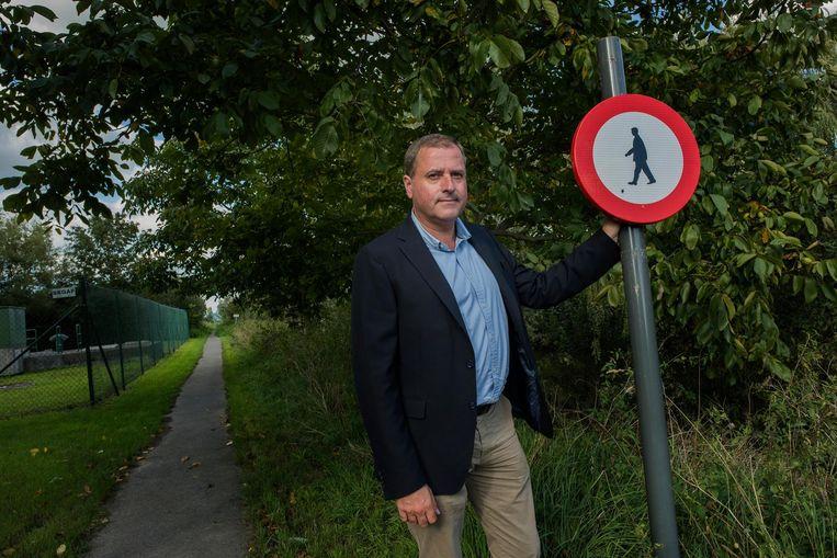 Burgemeester Christof Dejaegher bij het jaagpad langs de IJzer.