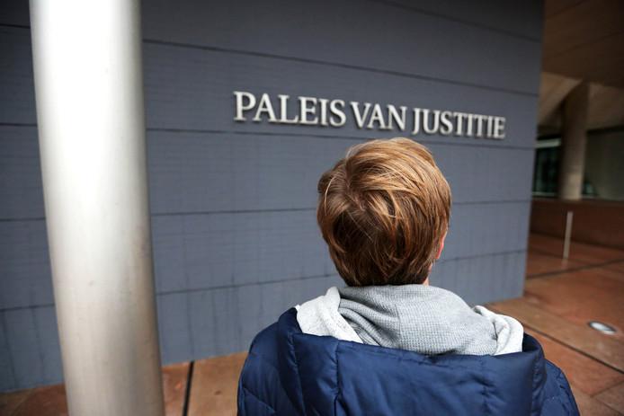 John van Vliet, die niet herkenbaar in beeld wil komen, voor de rechtbank.