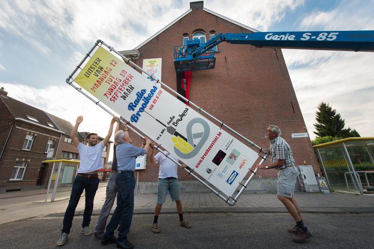 Medewerkers zetten reclameborden klaar voor Radio Brooikens.