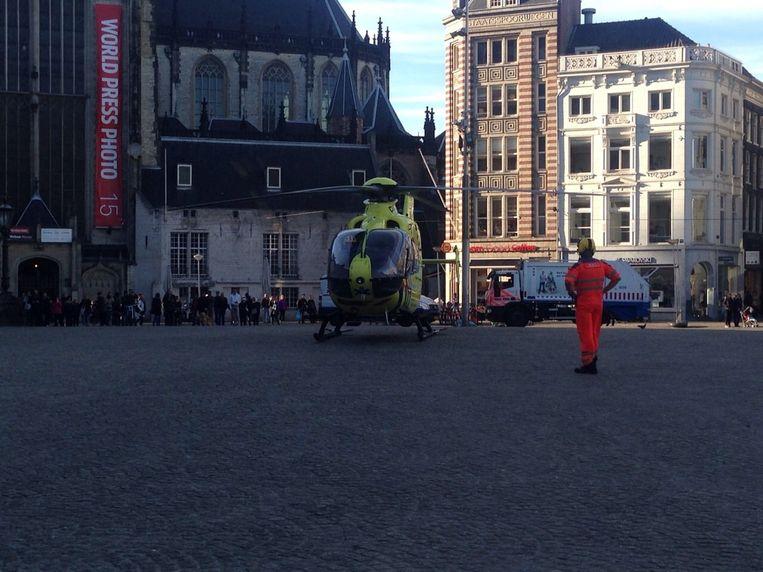 Een traumahelikopter landde op de Dam. Beeld Priscilla Tienkamp