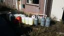 De voorraad gas en benzine die bij huiszoeking in een woning aan de Oude Medelsestraat in Tiel is gevonden.