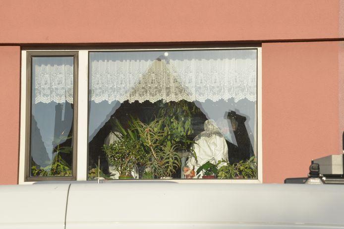 Forensische specialisten onderzoeken woning Gaslaan na vondst overleden persoon.