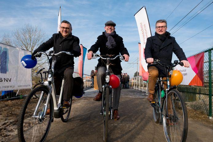 Luk Lemmens (centraal op de foto) zet zwaar in op fietsostrades. Hier ziet u hem op het traject tussen Bornem en Puurs.