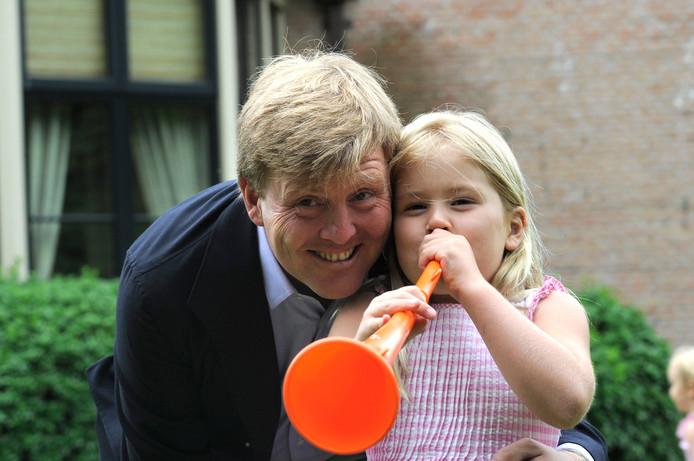 2010: blazend op de vuvuzela met vader Willem-Alexander in de aanloop naar het WK voetbal.