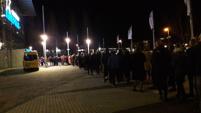 Enorme rij voor bioscoop Kinepolis in Enschede voor de Twentse premiere van De Beentjes van Sint Hildegard