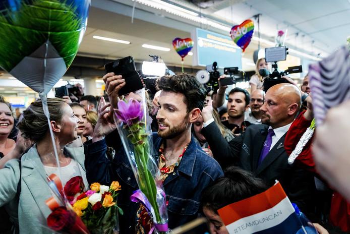 Duncan Laurence wordt door fans onthaald op luchthaven Schiphol. De zanger won met het nummer Arcade het Eurovisie Songfestival in Israel.