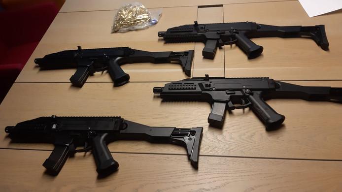In de rechtbank worden de automatische wapens getoond die eerder al door door de politie in beslag zijn genomen.