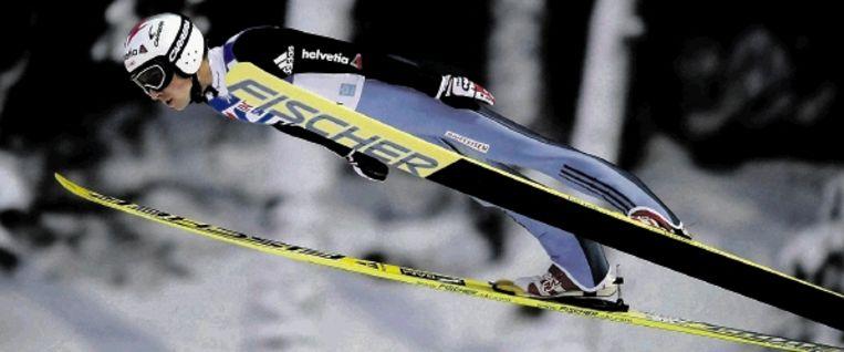 Schansspringer Simon Ammann (foto) heeft de leiding heroverd in het wereldbekerklassement. De Zwitser, in 2002 tweevoudig olympisch kampioen, won de tweede wedstrijd in Trondheim. Ammann haalde bij zijn sprongen afstanden van 140 en 135 meter. ( FOTO REUTERS) Beeld EPA