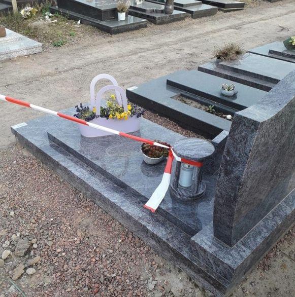 Geen paaltjes in de grond om linten aan te spannen. Daar dienen blijkbaar grafornamenten voor...