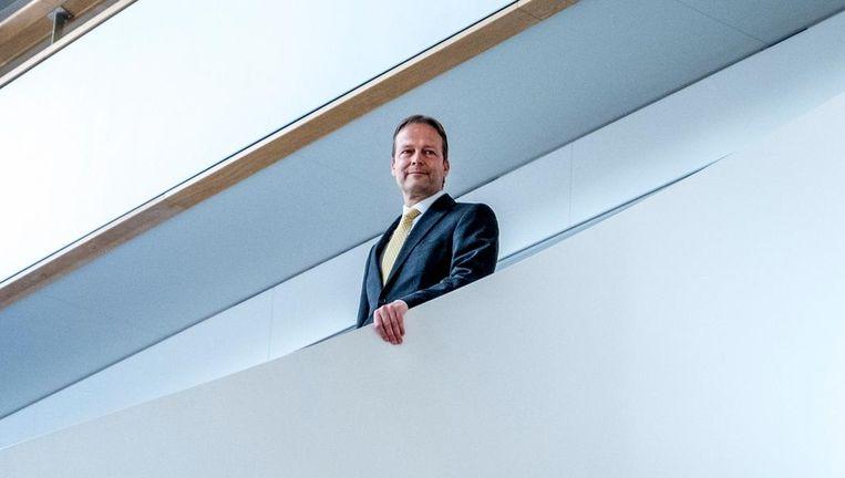 Büchner op de trap van het hoofdkantoor aan de Zuidas in Amsterdam Beeld Raymond Rutting / de Volkskrant