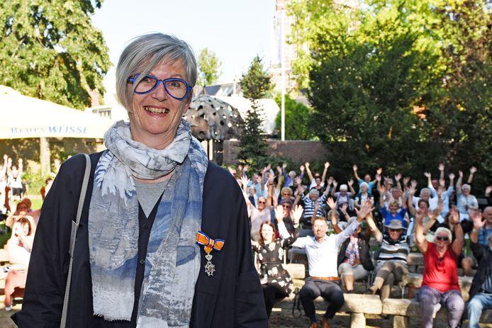 Annemieke de Jong ontving een lintje in haar stadstuin De Schelp. De handjes gingen in de lucht.