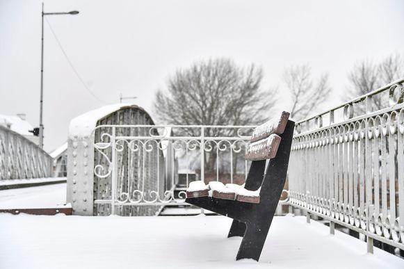 De sneeuw leverde veel mooie plaatjes op, zoals aan de Mirabrug in Hamme.