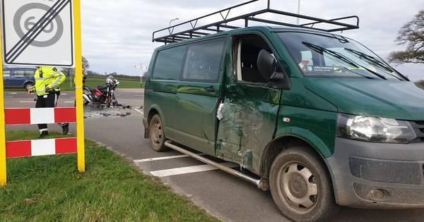 Motorrijder met spoed naar ziekenhuis na aanrijding met auto in Delden.