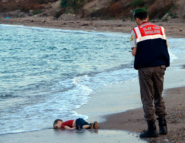 2015: Aylan Kurdi (3), verdronken op de vlucht uit Syrië, is aangespoeld in Turkije. Beeld AP