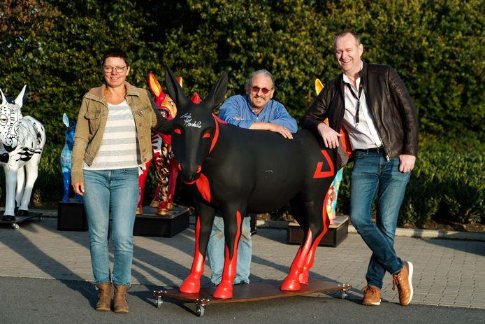 Pascale Van Essche van vzw De Kampenhoeve STER, kunstenaar Ludo Modelo en AED-ceo Glenn Roggeman.