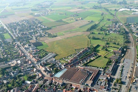 Een luchtfoto van het driehoekige gebied van 12 hectare. Rechtsonder ligt het station, centraal de site Van Maele. De vijvers, het openbare park en de appartementsblokken komen rechts te liggen op het einde van de Huffeseele-straat; de nieuwe woonzone zal grenzen aan de wijk Dierdonck-Zwartegevel, links bovenaan.