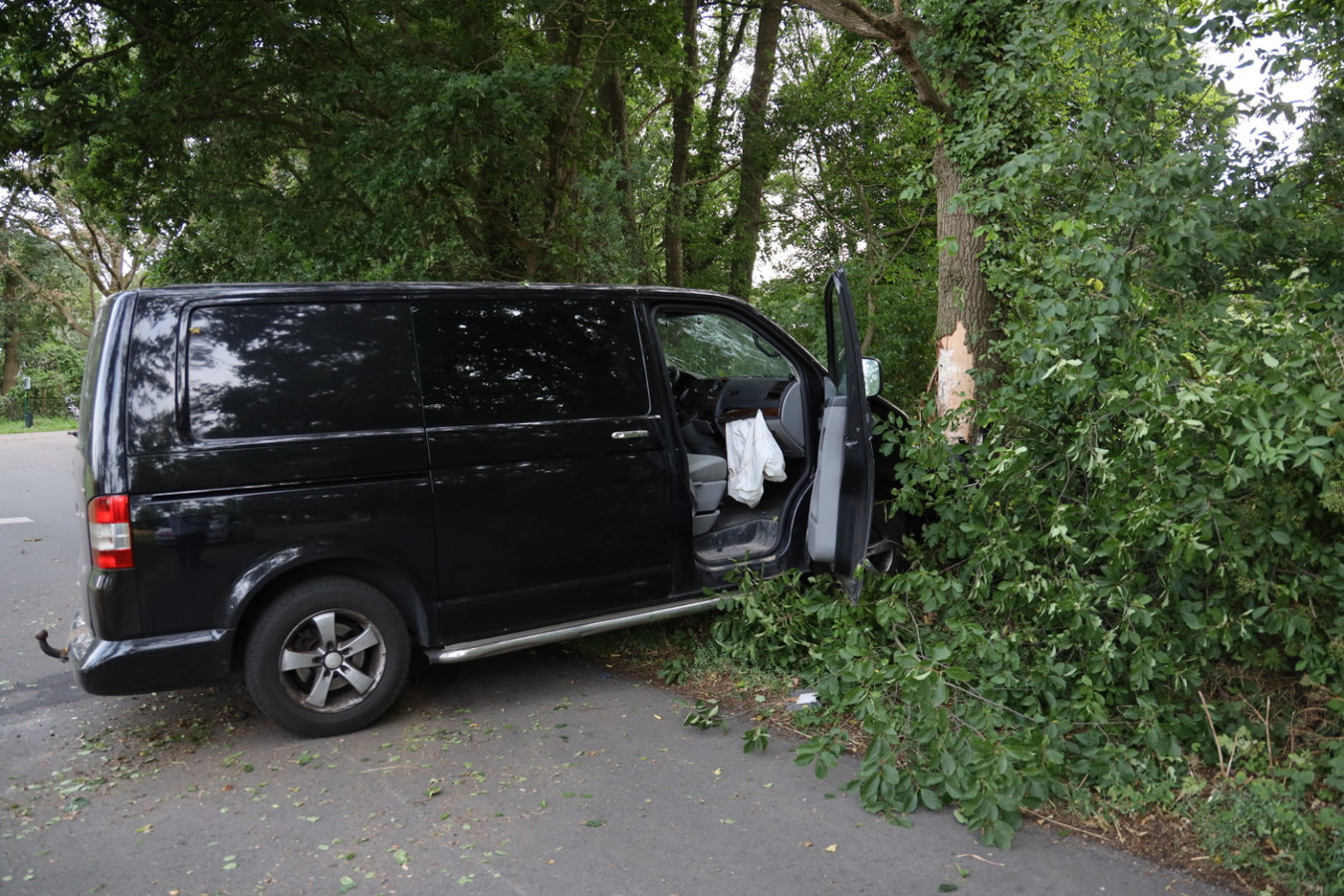 Auto botst tegen boom in Herpen