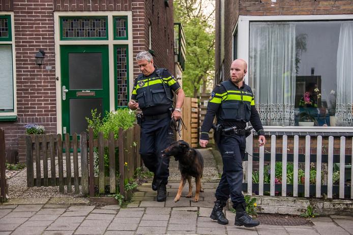De politie heeft speurhonden ingezet.