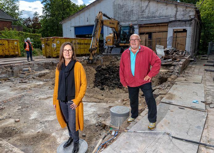 Op het voormalige terrein waar de Kwikfit was gevestigd wordt gesloopt. Na lange tijd wordt er nu gewerkt aan de realisatie van het nieuwe pand van Terra Art Projects. Natalie Vinke en Ed Boutkam zijn er erg blij mee.