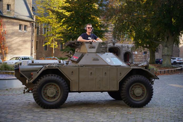 Alexander de Vos trekt altijd veel bekijks met zijn pantserwagen.