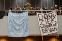 Slachtoffers in de Tilburgse chroom-6 kwestie tijdens een eerder protest in de raadszaal.