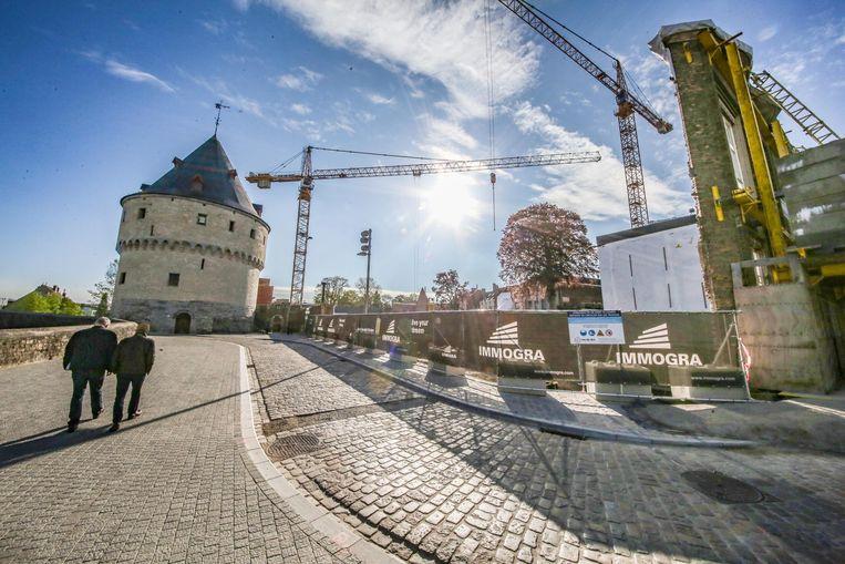 Naast en schuin achter de rechter Broeltoren komen nieuwe flatgebouwen met 71 flats.