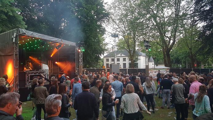 Niet vol, wél druk en fanatiek dansend: Slotpark Oost op Funkerman
