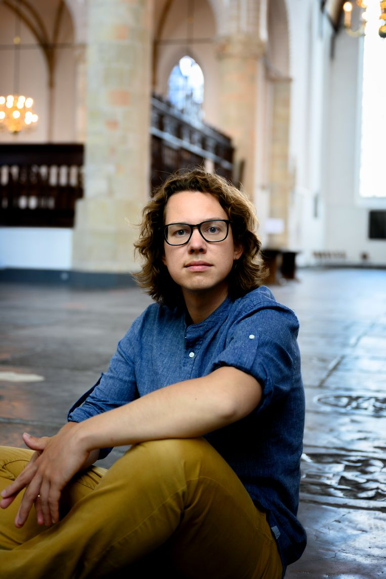 Hannes Minnaar in de Grote Kerk Naarden.  Beeld