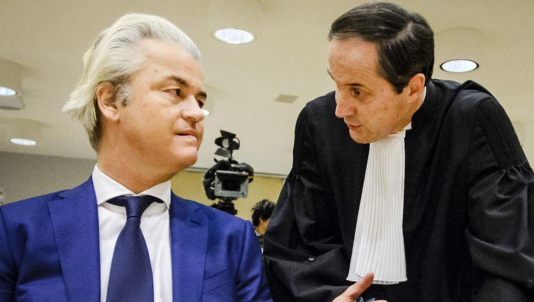 Geert Wilders en advocaat Geert-Jan Knoops. Beeld null