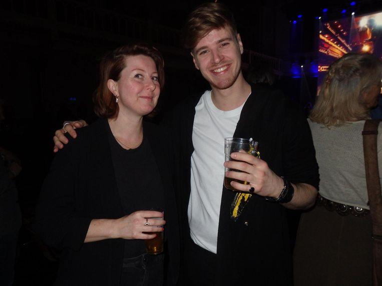 Organisator Tessa Jansen en host Kevin Brouwer. 'Zijn er diehard Nicofans in de zaal?' Beeld Schuim