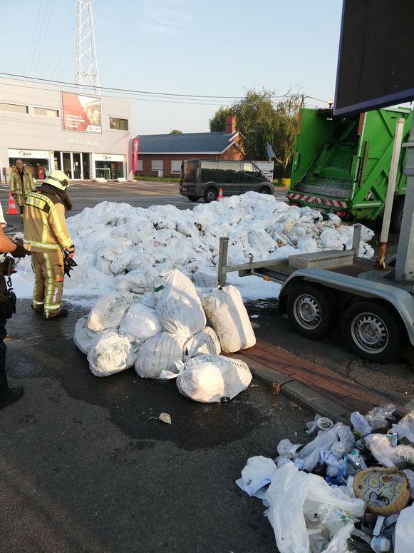 De lading afvalzakken moest op een parking gelost worden.