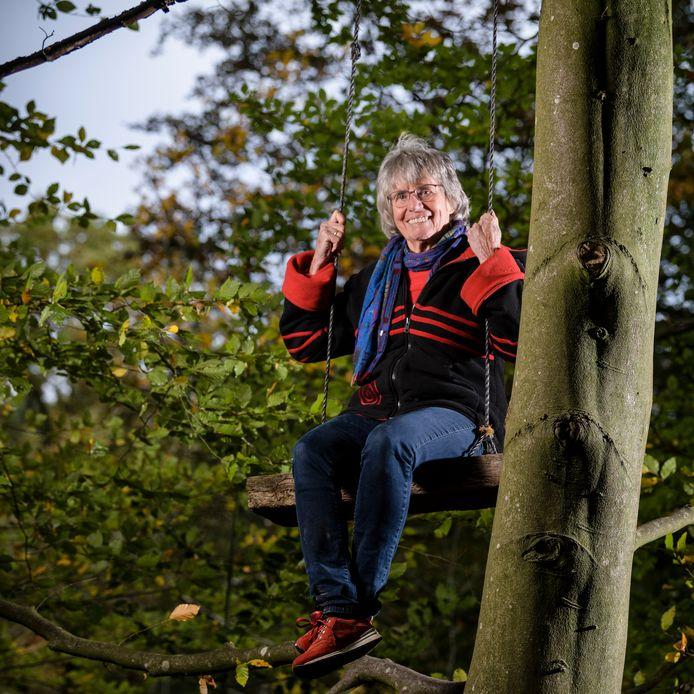 """Kinderboekenschrijfster Annie Makkink hoog in de boom: """"Braaf kunnen we altijd nog worden."""""""