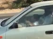 Achtjarige jongen bestuurt auto op Saoedische snelweg