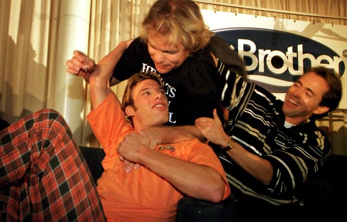 In een hotel in Huizen gaven de laatste drie bewoners van het 'Big Brotherhuis' Ruud Benard, Bart en Willem nog een persconferentie. Voor de aanwezige pers werd even een groepsknuffel gedaan. FOTO: Marco Okhuizen (archieffoto)