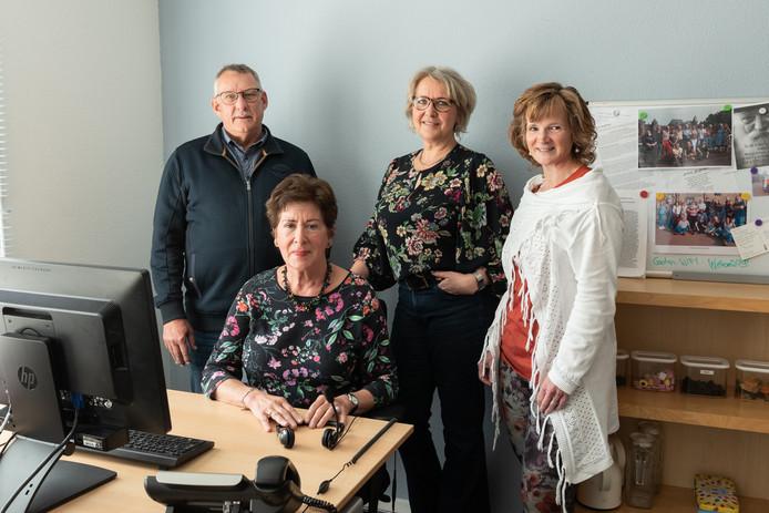 Vrijwilligers Jan Ploeg en Atie Ewoldt zetten zich in bij de Luisterlijn, net als ondersteuners Lijsbeth Uiterwijk en Miranda Lagerwerf.
