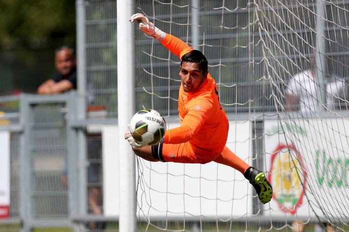 Giovanni Spaan redt katachtig in het oefenduel van TAC'90 met Leonidas. Volgens de doelman is de naar de hoofdklasse gepromoveerde Haagse club er niet slechter op geworden.