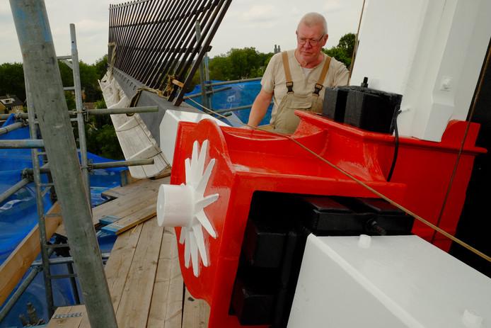 Molenaar Onno Wubbels monstert de wieken van molen De Doornboom in Hilvarenbeek.