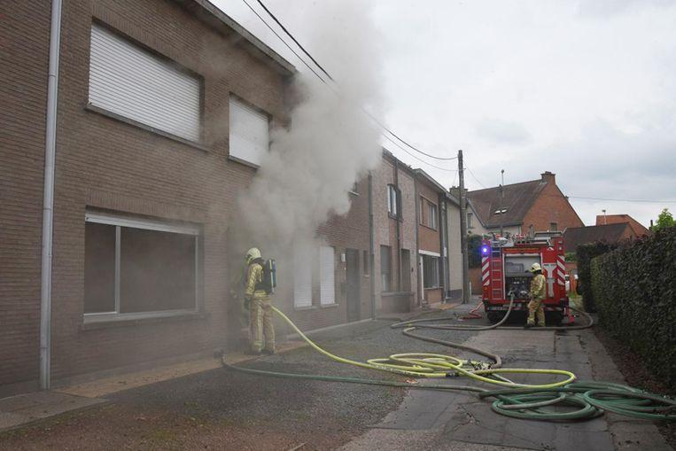 De brand ging gepaard met een stevige rookontwikkeling. Het huis werd onbewoonbaar verklaard.
