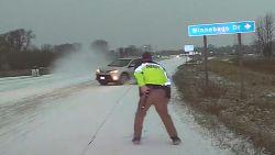 VIDEO. Dashcam toont hoe politieagent nipt ontsnapt aan slippende auto