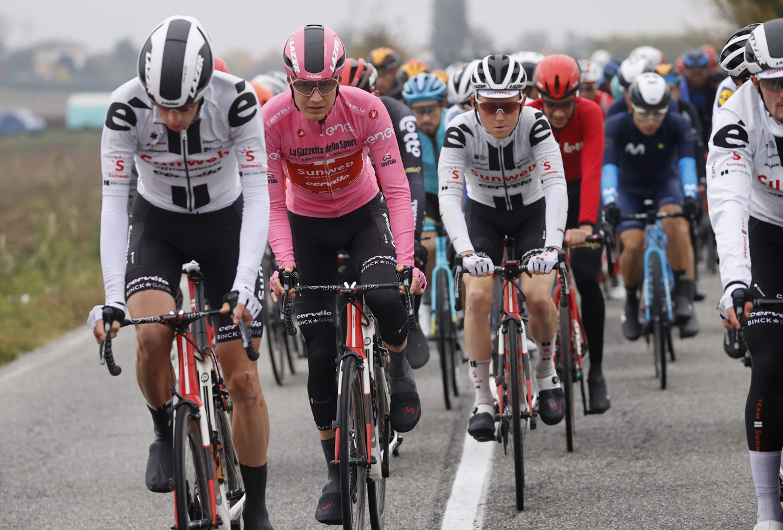 Kelderman in het roze, omringd door ploeggenoten van Team Sunweb.