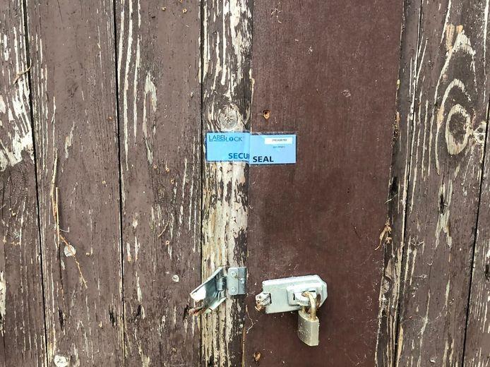 Een schuur in Lekkerkerk moet dicht vanwege de vondst van een hennepkwekerij.