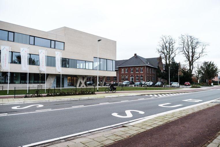 Het nieuwe Agnetencollege met achteraan het oude Collegegebouw