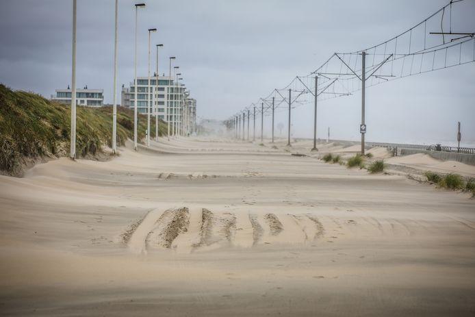 Eén van de meest opvallende beelden na de passage van storm Odette: een kustbaan die vollédig bedekt is met zand.