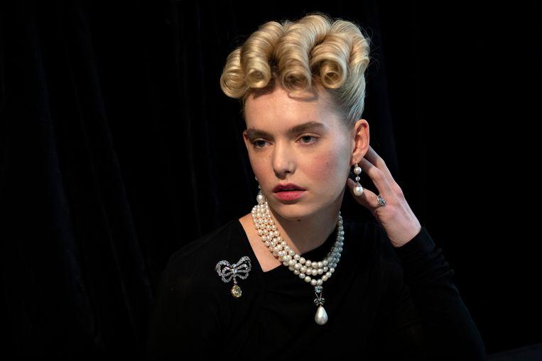 Een fotomodel poseert oktober 2018 in Londen met juwelen die ooit aan de Franse koningin Marie Antoinette toebehoorden, en geveild werden voor 32 miljoen euro. Beeld Getty Images