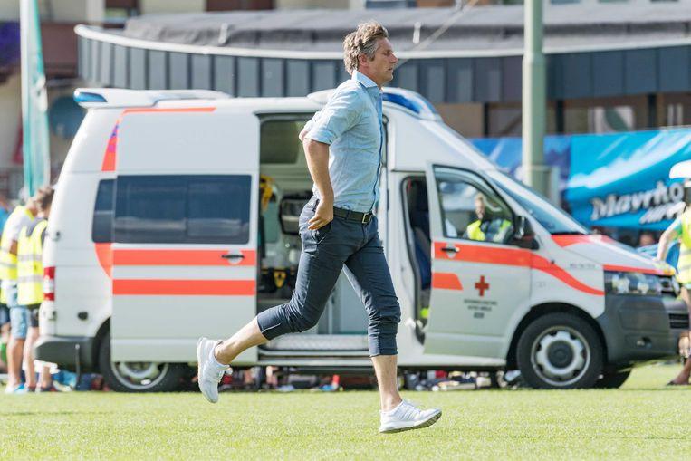 Edwin van der Sar snelt toe.