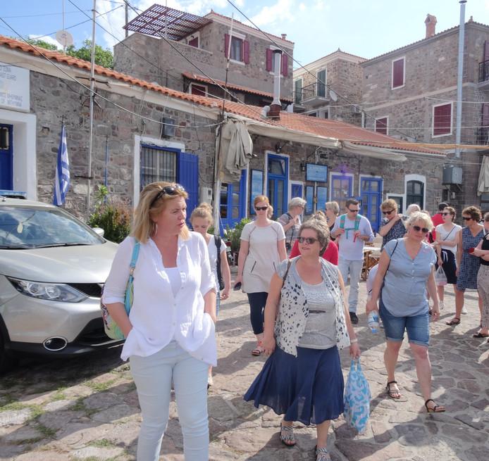 Hélène zette een aantal lerarenreizen naar Lesbos op touw. Hier is ze met een groep in de haven van  Molyvos. 'Wie op het strand of op de rotsen heeft gestaan weet wat vluchtelingkinderen mee hebben gemaakt'.