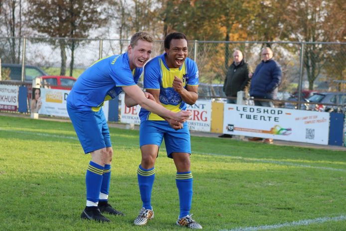 Stijn Slaghekke viert de 1-0 van Reutum samen met Lindsay Moncherry.