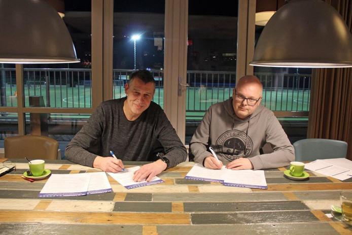 Jan Ligtenberg (r) is komend seizoen de trainer van de Klarenbeek-vrouwen.