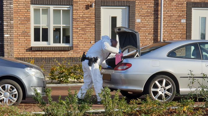 Een speciaal politieteam doet onderzoek in een Hengelose woning.